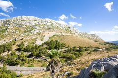 在Cap de Formentor -马略卡,西班牙-欧洲美丽的海岸的山蛇纹石  免版税图库摄影