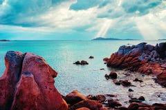 在Capriccioli撒丁岛意大利的海滩和地中海的日出 免版税库存图片