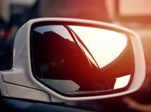在car& x27的明确方式反射; s侧面窗 免版税图库摄影