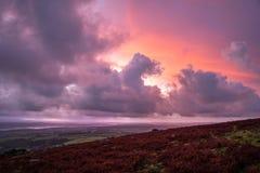 在Caradon小山,康沃尔郡,英国的桃红色紫色橙色日出 免版税库存图片