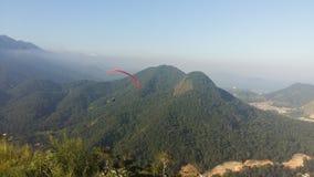 在Caraguatatuba的悬挂式滑翔机 图库摄影