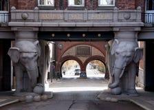 在Carlberg的啤酒厂的巨大的门在哥本哈根 免版税图库摄影