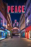 在Carnaby街,伦敦英国上的圣诞灯 免版税图库摄影