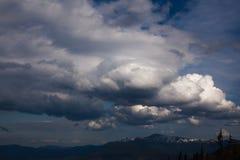 在Carpatian山的美丽的多云天空 图库摄影