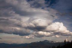 在Carpatian山的美丽的多云天空 库存照片