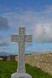 在Cashel岩石的石纪念十字架  库存照片