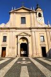 在castano primo老教会封锁了砖塔边路 免版税库存照片