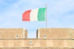 在Castel SantÂ'Angelo的意大利旗子 库存图片