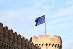 在Castel SantÂ'Angelo的欧洲旗子 库存照片
