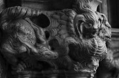 在cathedralÂ的专栏的奇怪的生物 免版税库存图片