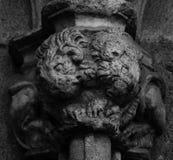 在cathedralÂ的专栏第2部分的两三头保护的狮子 图库摄影