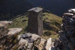 在causasus山的英王乔治一世至三世时期acient保护塔 免版税库存照片