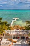 在Caye填缝隙工伯利兹加勒比的木码头船坞和海景 免版税库存图片