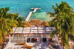 在Caye填缝隙工伯利兹加勒比的木码头船坞和海景 库存图片