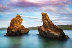 在Cayo Levantado海岛附近的岩石, 免版税库存图片