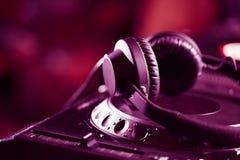 在CD的音乐播放器的DJ耳机 免版税库存图片