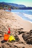 在Cefalu,西西里岛,意大利海滩的玩具  库存照片