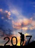 在celebratio新年期间,一个年轻人的剪影溜冰鞋的 免版税库存图片