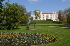 在Celle城堡前面的马雕象 免版税库存图片
