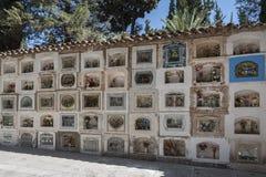 在Cementerio市政公墓的坟墓在苏克雷,玻利维亚 免版税库存照片