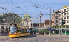 在Centralbahnplatz广场的黄色电车在巴塞尔 免版税库存图片