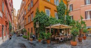 在Centro Storico的狭窄的街道在罗马意大利 免版税图库摄影