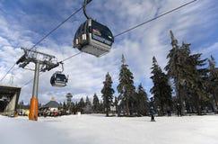 在Cerna Hora滑雪胜地的空中览绳 免版税库存照片