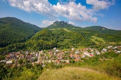 在Cerveny卡梅尼火山村庄的Vrsatec山 免版税库存图片