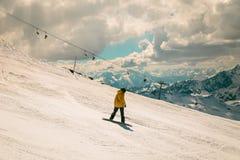 在Cervinia滑雪倾斜的晴天  免版税库存照片