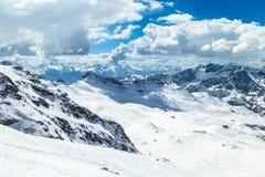 在Cervinia滑雪倾斜的晴天  库存照片