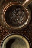在cezve和杯子(顶视图)的新鲜的咖啡 库存图片