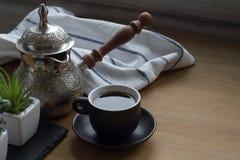 在cezve,传统土耳其咖啡罐,咖啡的新breved coffe,多汁植物 库存照片