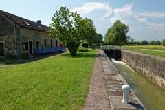 在Châteauneuf en Auxois附近的一个水闸 库存图片