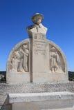 在Château des Baux附近的法国诗人的雕象 免版税库存图片