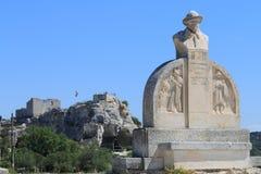 在Château des Baux,法国前面的诗人的雕象 库存图片