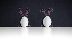 在chackboard的两个白色复活节彩蛋 图库摄影