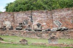 在Chaiwatthanaram寺庙,阿尤特拉利夫雷斯,泰国的老打破的菩萨雕象 免版税库存图片