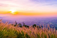 在Chaiyaphum,泰国Pha后屿Nak的日落  免版税图库摄影