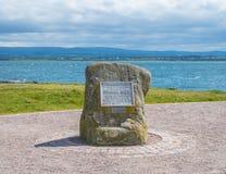 在Chanonry点Fortrose罗斯郡苏格兰的Brahan观看者纪念石头 免版税库存照片