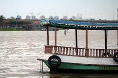 在Chaophraya河的木渡轮 转达的乘客一条小船 免版税库存图片