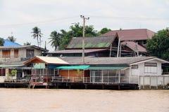 在Chaophraya河,它旁边的村庄是泰国地方江边社区生活 库存照片