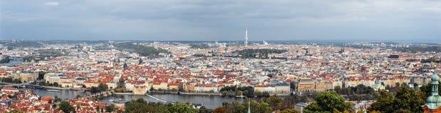 在Charls桥梁,伏尔塔瓦河河、电视塔和布拉格老镇,捷克的全景 免版税库存照片