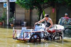 在Charoen Krung路的泰国洪水危机 免版税库存图片