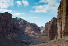 在Charyn峡谷的路 免版税库存照片