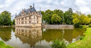 在Chateau Azay与护城河的le Rideau的全景视图 免版税库存照片