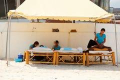 在Chaweng海滩,泰国的按摩 免版税库存图片