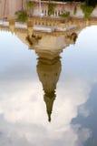 在Chedi玛哈Mongkol Bua,黎逸府,东北泰国金黄塔地标水的反射  库存图片