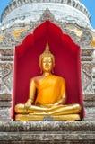 在chedi里面的金黄菩萨在Wat Buppharam,清迈 库存照片