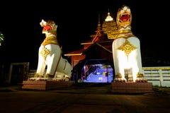 在Chedi Buddhakhaya的东南亚国家联盟白色狮子雕象 免版税库存图片