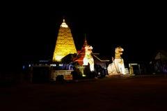 在Chedi Buddhakhaya的东南亚国家联盟白色狮子雕象 免版税库存照片